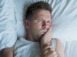 Зубная боль ночью: причины и что делать?